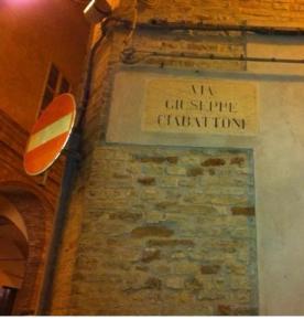 La via di Offida intitolata a Giuseppe Ciabattoni, eroe locale, a cui è intestata anche la scuola media