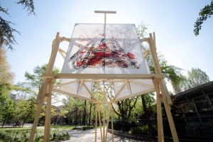 Una delle torri sceniche ideate da Michele De Lucchi (foto da La Repubblica)