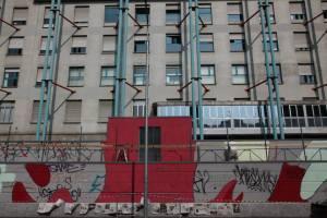 Il pattern sul muro dell'Ospedale Gaetano Pini (foto milanowallart).