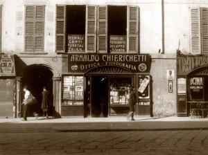 L'ottica Chierichetti in Corso di Porta Romana, allora come oggi.