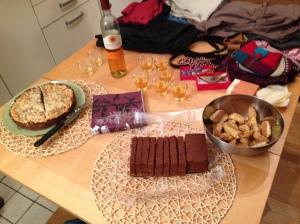 ... e lo scambio comprende anche bocconi golosi, come la torta vegana al cioccolato, slurp