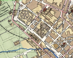Quadrante ovest della città in una mappa dell'inizio del XX sec., dove l'ansa del rilevato ferroviario ricalca l'andamento di alcune via della zona. Sono segnati anche lo scalo merci e il vecchio Macello.
