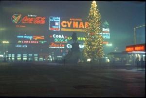 Insegne e albero di Natale in una nebbiosa piazza Duomo degli anni '80 (www.pinterest.it)