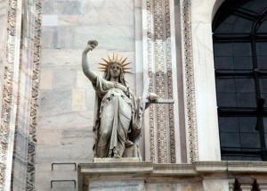Una copia della ben simbolica Statua della Libertà che si trova proprio... sulle guglie del Duomo di Milano!