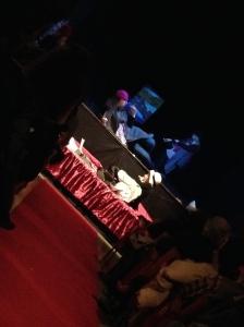 Un'immagine dello spettacolo, con un'Alda sopra e una sotto il palcoscenico