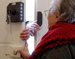 Gli anziani sono tra i più raggirati da postini, tecnici del gas e della telefonia, bancari... tutti fasulli.