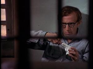 """Il disastroso ladro interpretato da Woody Allen nel mitico film """"Prendi i soldi e scappa"""" che si costruisce una pistola di sapone (che poi si scioglierà...)!"""