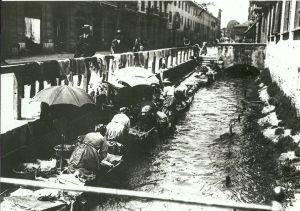 Una vecchia foto con le lavandaie sul tratto di Via Magolfa della roggia Branciforte