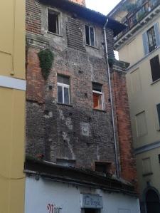 L'edificio dietro il Mauseoleo, dove il vicolo S. Caterina piega