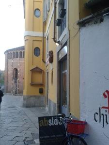 Alla fine del vicolo, l'antica sede del Luogo Pio di S. Caterina.
